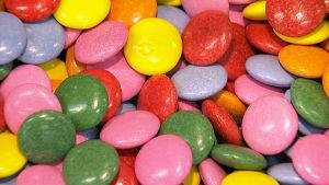 Värikkäitä karamelleja.