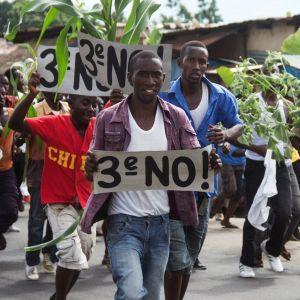 I centralafrikanska Burundi har polisen skingrat hundratals demonstranter i utkanterna av huvudstaden Bujumbura.