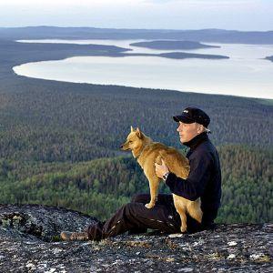 Luontodokumentti kuvaa erämaan elämää pohjoisen valon kaikissa sävyissä.
