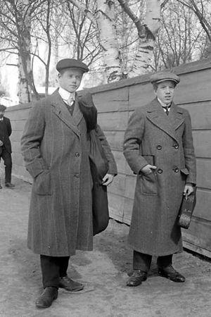 Veljekse Tauno ja Arvo Hannikainen kadulla soittimet kainalossa. Kuva vuodelta 1913.