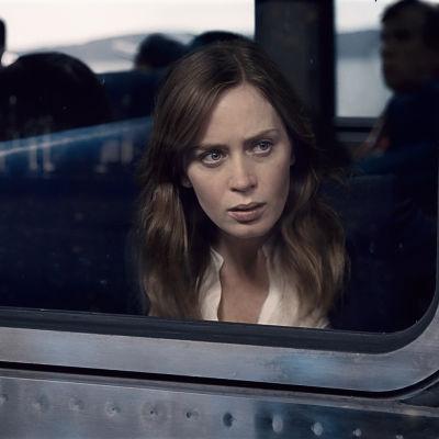 Rachel tittar ut genom tågfönstret och har uppenbarligen sett något upprörande.