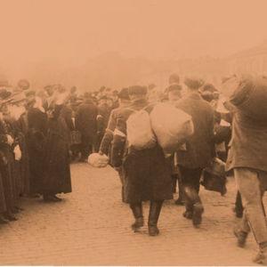 Kruununhaan Ruotsalaiselta reaalilyseolta vapautetut valkoiset vangit marssivat, ilmeisesti Kauppatorilla.