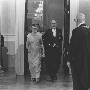 Statsrådet Karl-August Fagerholm och hustru anländer för att hälsa på president Kekkonen i slottet 1977.