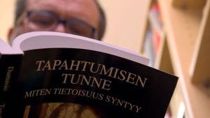 Jyrki Korkeila lukee kirjaa Tapahtumisen tunne - Miten tietoisuus syntyy