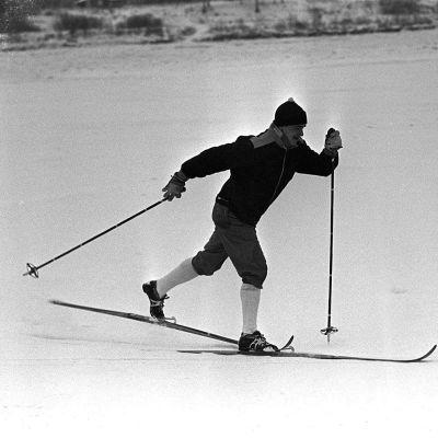 Eero Mäntyranta hiihtää