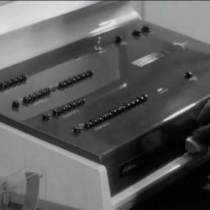 Elliott 803 -tietokoneen ohjauspöytä Helsingin Kaapelitehtaalla vuonna 1961.