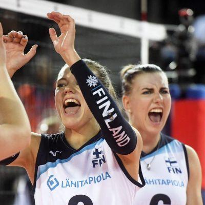 Suvi Kokkonen (vas.), Kaisa Alanko ja Michaela Madsen lentopallon naisten EM-kilpailuiden ottelussa Suomi - Kreikka.