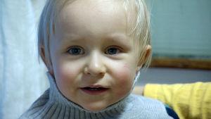 Pieni Matias-poika lähikuvassa
