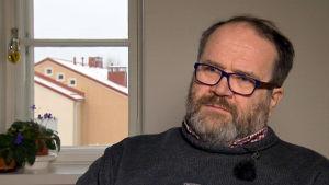 Psykiatrian professori Jyrki Korkeila haastattelukuvassa