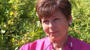 Helene Fiskars i trädgård.