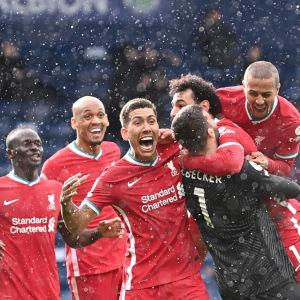 Liverpools spelare får fnatt efter segermålet.