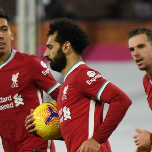 Mohamed Salah joggar med bollen i handen.