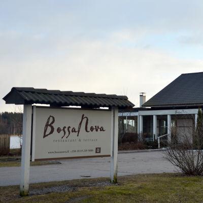 Skylt vid infarten till restaurang Bossanova i Ekenäs.
