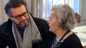 Juha Säkkinen äitinsä kanssa