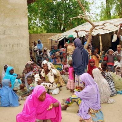 Kvinnor och barn som fritogs från fångenskap hos Boko Haram i april 2015