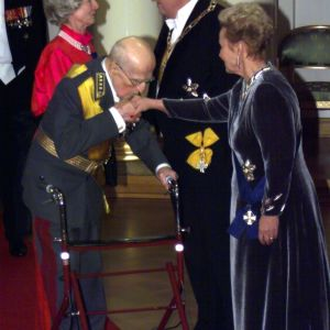 general adolf Ehrnrooth hälsar på presidentparet, 1999