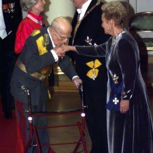 general adolf Ehrnrooth hälsar på presidentparet, 1999