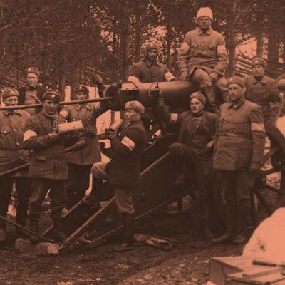 Valkoisten raskasta tykistöä Leinikylässä keväällä 1918.