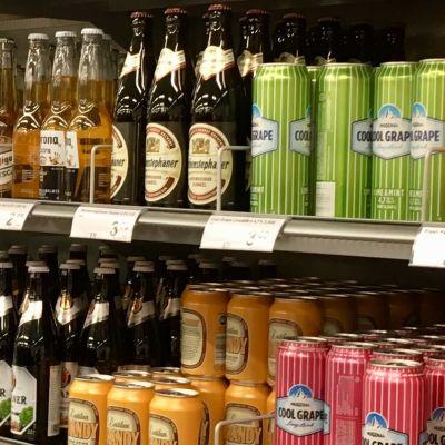 Butikshylla med öl och alkoläsk.