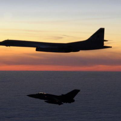 Ryskt militärflyg av modellen  TU-160 Blackjack eskorteras bort från brittiskt luftrum.