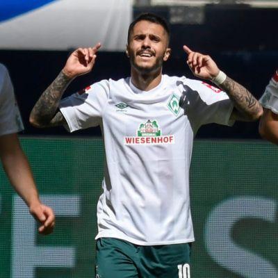 Leonardo Bittencourt pekar uppåt med båda pekfingrarna mellan sina joggande lagkamrater.