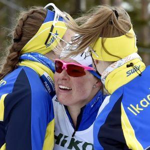 Krista Pärmäkoski gratuleras av Maaret Pajunoja och Katariina Lonka.