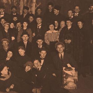 Teatterin suojissa yön viettänyt seurue, kuva otettu 23.1.1918.