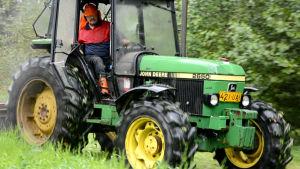 Kari Koljonen ajaa traktorilla.