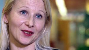 Ravitsemusterapeutti Tarja Himberg haastattelukuvassa.