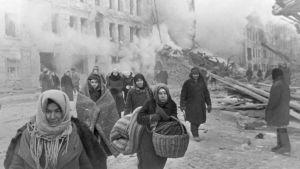 Människor lämnar sina hem efter tyska bombningar av Leningrad 10.12.1942.