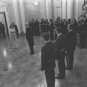 President Urho Kekkonen tar emot de första gästerna i slottet 1975.