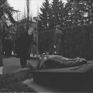 Sovjetunionens statsminister Aleksej Kosygin lägger en krans på J K Paasikivis grav i Sandudd 1977.