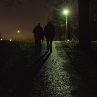 Asunnoton pariskunta kävelee Helsingin Kaivopuistossa