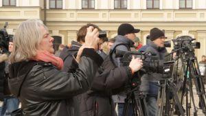 Kerstin Kronvall tillsammans med dussintals tv-fotografer.