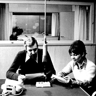 En man och en kvinna i en radiostudio.