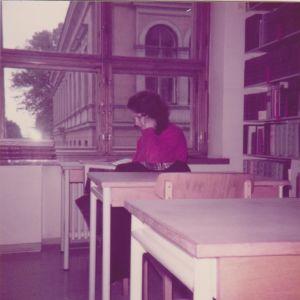 Virpi Hämeen-Anttila on tässä yliopiston seminaarikirjastossa vuonna 1983