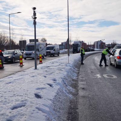 Poliisi ja muut viranomaiset pysäyttävät autoja Tornion ja Haaparannan rajalla-