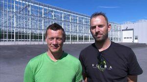 Rob Westdijk och Juan Deelen utanför växthus