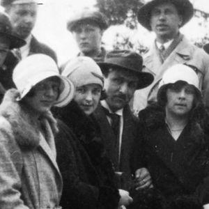 Viipurin musiikkiopistolaisia kevätretkellä Papulassa noin 1931.