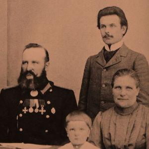 Toivo Kuulan perhe vuonna 1903: vas. Lempi, Arvo, Matti-isä, Jalo, Toivo itse sekä Sanna-äiti, s. Vehkakoski.