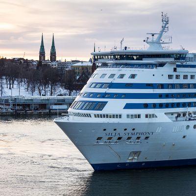 Silja Symphony lähdössä matkalle Helsingin satamasta.