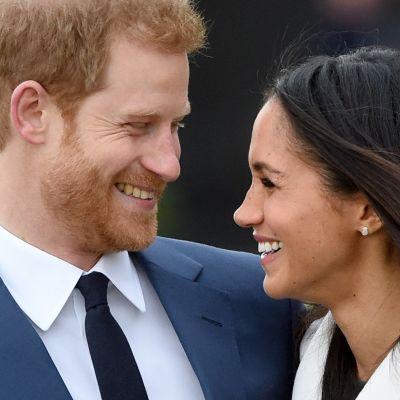 Prinssi Harry ja Meghan Markle katsovat hempeästi toisiaan.