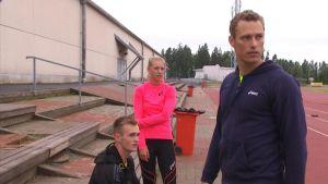 Victor Östman, Erica Hjerpe och Mikael Westö hoppar stav.