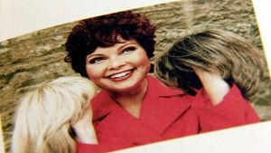 Niina Repo valokuvassa kolmen eri peruukin kanssa.