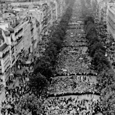 Folk har samlats på Champs Elysees i Paris i samband med majrevolten i Frankrike 1968.