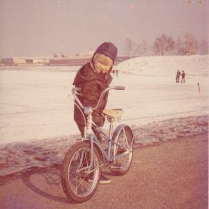 Noin kuuden- tai seitsemän vuoden ikäinen Arno Kotro tsekkoslovakialaisen polkupyöränsä vieressä Helsingin Tervasaaressa. Kuvan on ottanut isä, ja Kotro muistelee, että lapsena hänellä oli isänsä kanssa hienot välit.