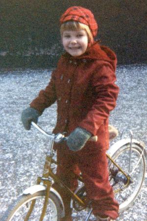 Tuhkimotarinoiden Eija lapsena pyöräilemässä