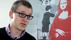 Mikael Ekblad haastattelukuvassa.