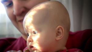 Jarkko Viita vauva sylissä