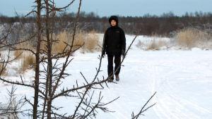 Lauri Tuohimaa kävelee ulkona.